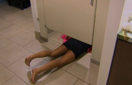 bachelor-18-episode-2-renee-bathroom-february-2014